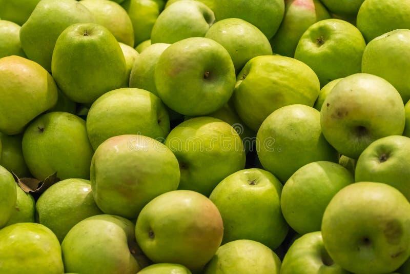 Зеленые яблоки в дисплее рынка стоковое изображение
