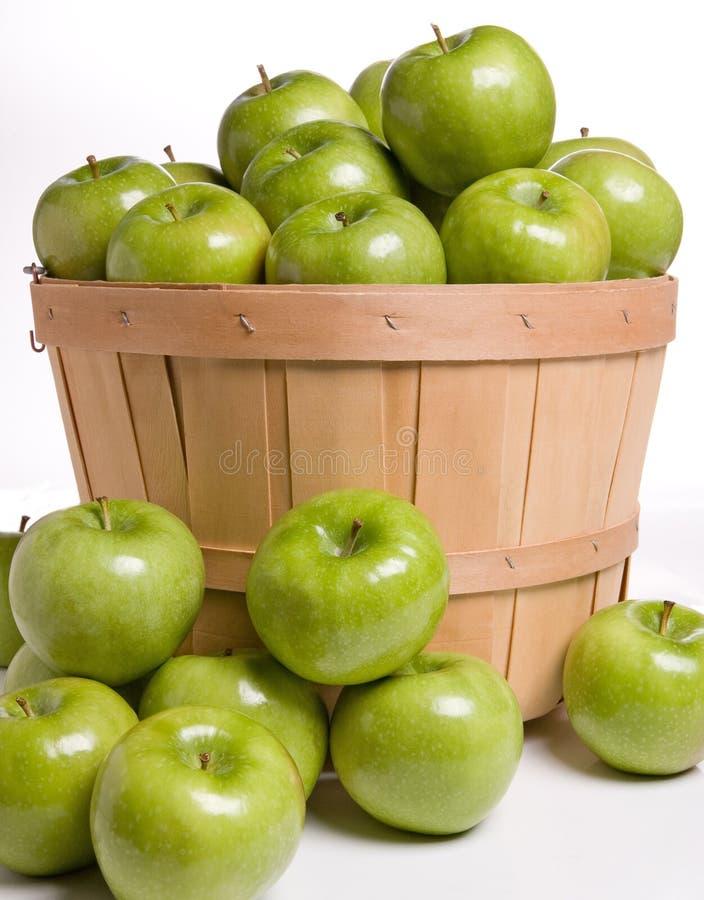Зеленые яблоки в корзине стоковые изображения rf