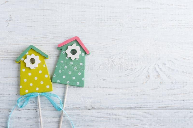 Зеленые birdhouses на белой деревянной предпосылке стоковые изображения rf