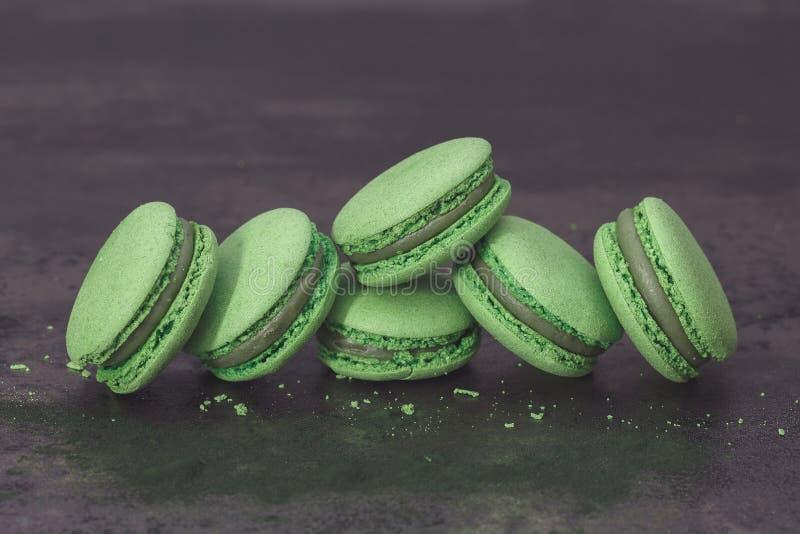 Зеленые macarons на темной таблице стоковое изображение rf