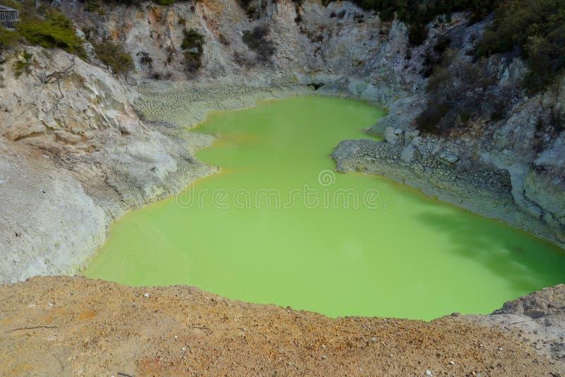 Зеленый бассейн в стране чудес Waiotapu термальной, Новой Зеландии стоковое изображение rf