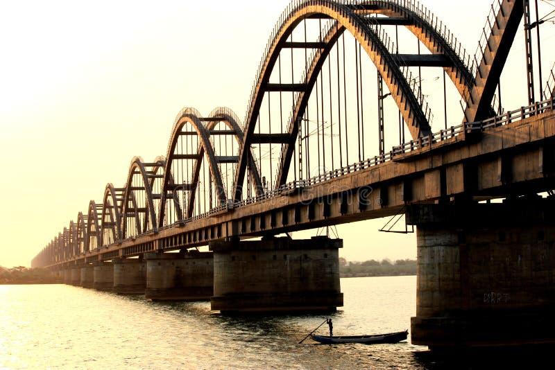 Зеленый железнодорожный мост стоковая фотография