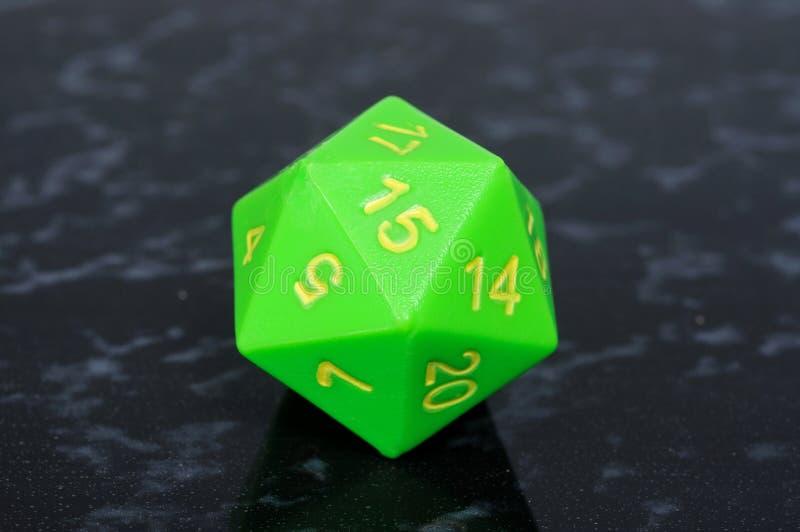Зеленый икосаэдр 20 встал на сторону кость. стоковое фото