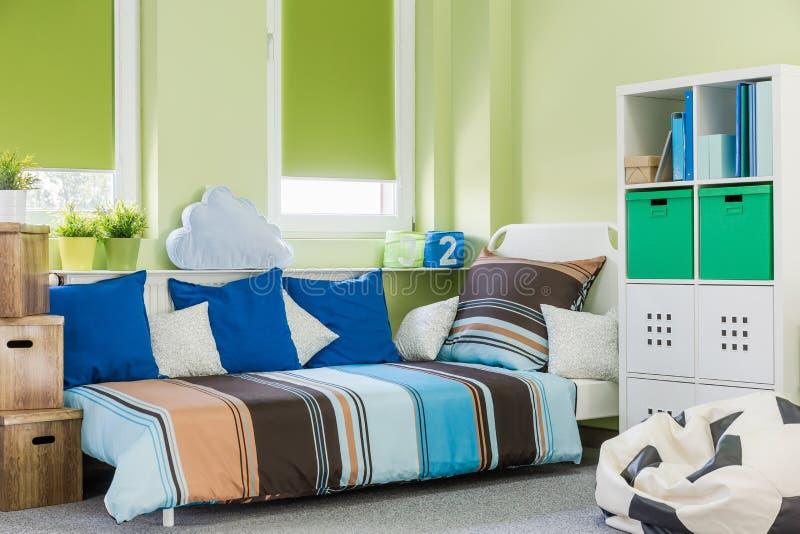Зеленый интерьер комнаты мальчика стоковые изображения rf