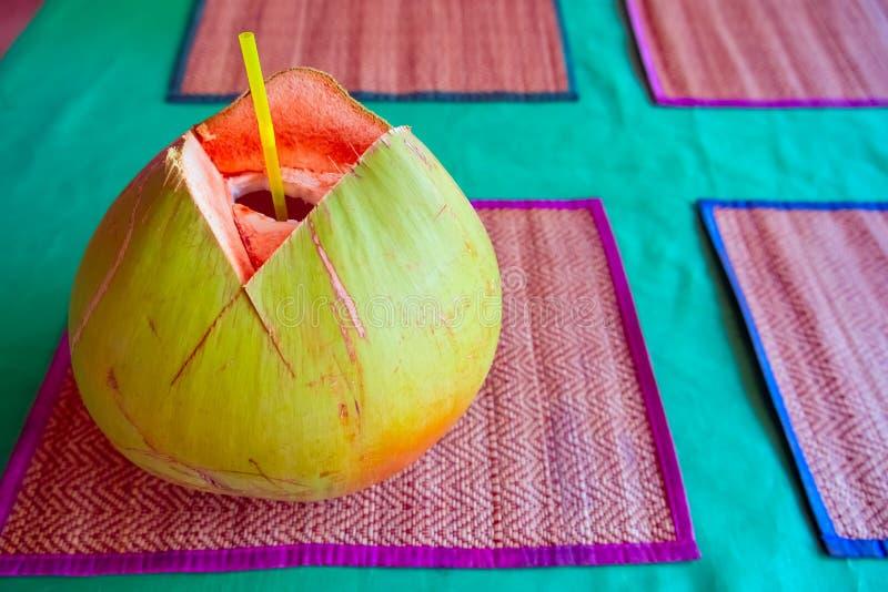 Зеленый кокос с выпивая соломой стоковое фото
