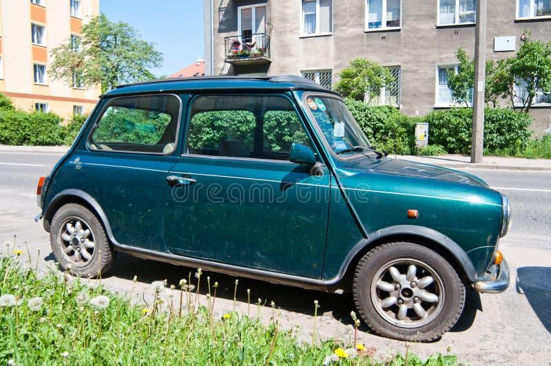 Зеленый мини припаркованный бондарь стоковые фото