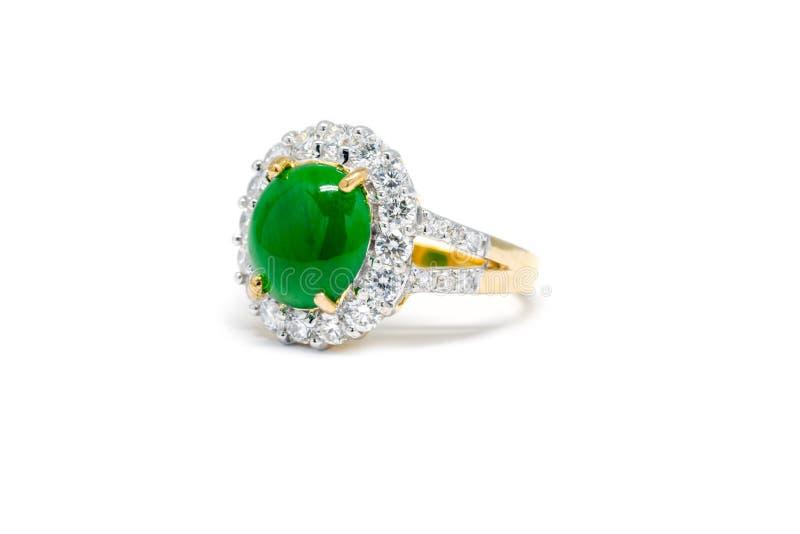 Зеленый нефрит при изолированное кольцо диаманта и золота стоковое изображение rf