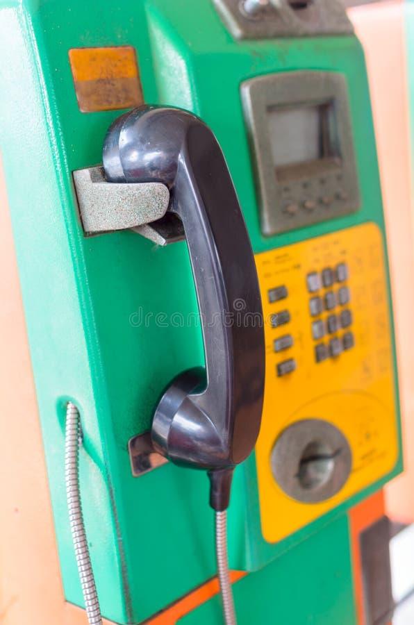 Зеленый общественный телефон стоковые фото