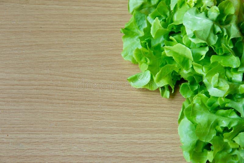 Зеленый овощ салата дуба, деревянная предпосылка стоковое фото
