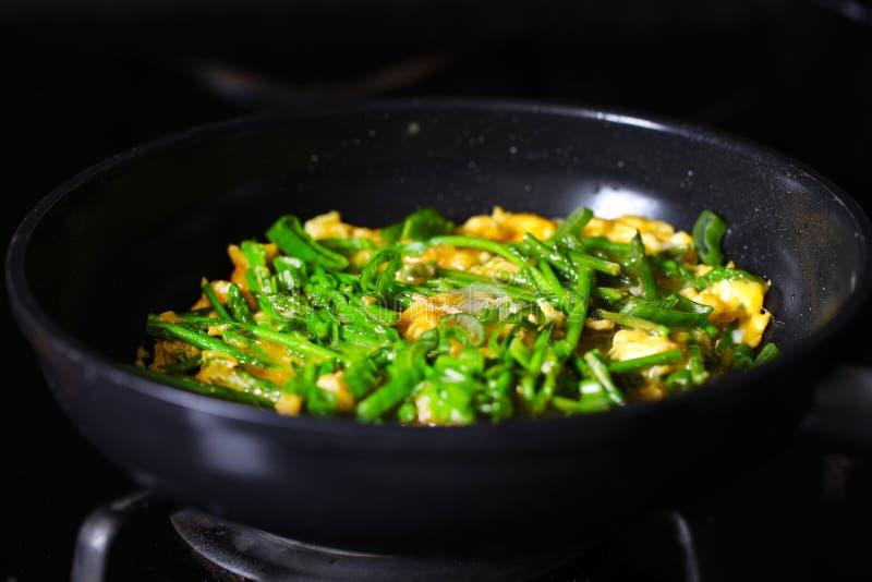 Зеленый омлет спаржи жаря в лотке, варя стоковые изображения rf
