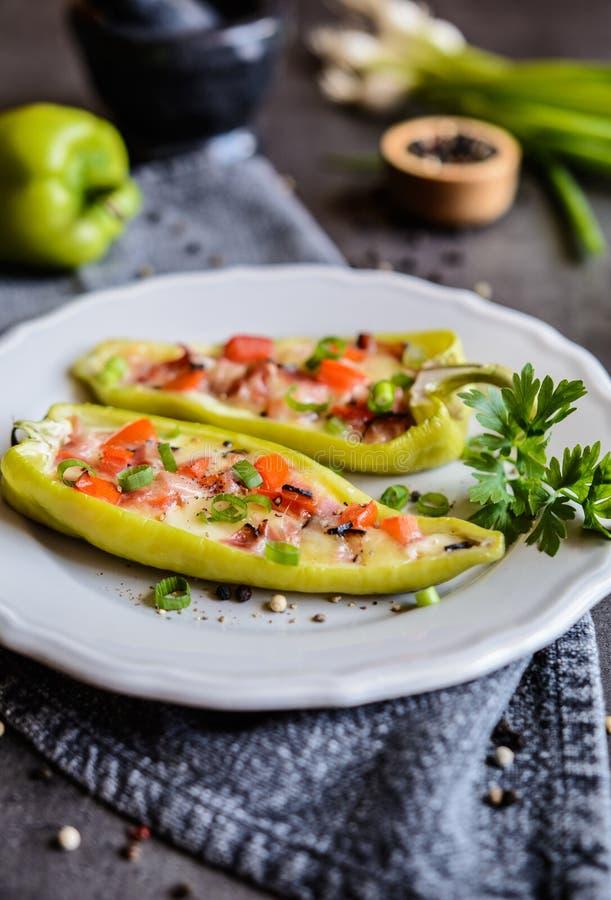 Зеленый перец заполненный с беконом, сыром, томатом и зеленым луком стоковые фотографии rf