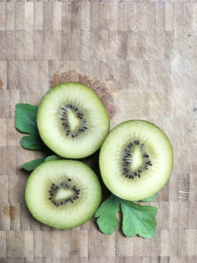 Зеленый плодоовощ кивиа на подрезанной доске стоковые фото