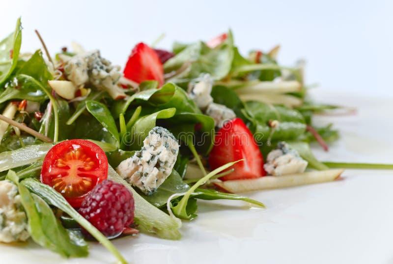 Зеленый салат с горгонзолой, шпинатом и ягодами стоковые фото