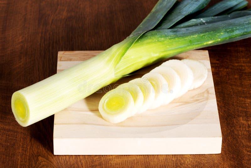 Зеленый свежий лук-порей на разделочной доске. стоковое фото rf
