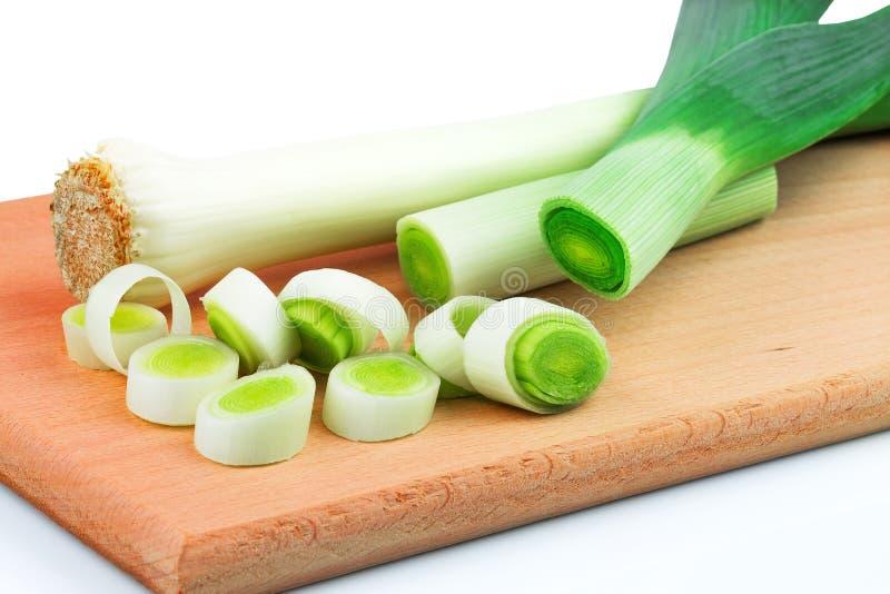 Зеленый свежий лук-порей на разделочной доске стоковые изображения
