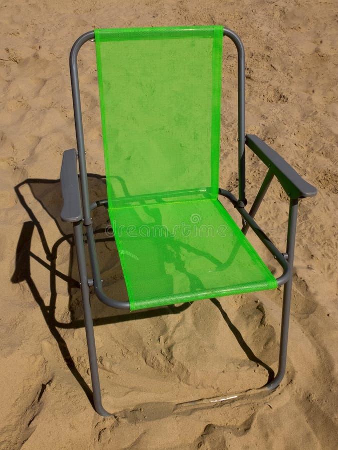 Зеленый складывая стул лагеря стоковые фотографии rf