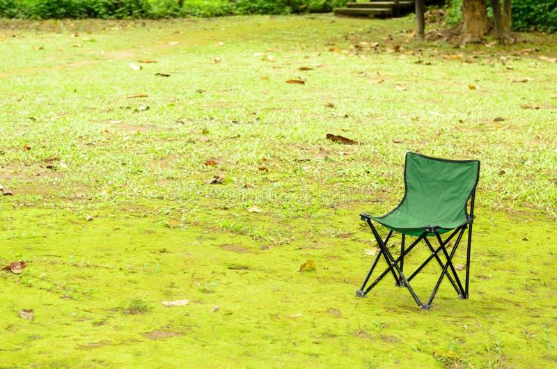 Download Зеленый стул на зеленой траве Стоковое Фото - изображение насчитывающей естественно, природа: 41656158