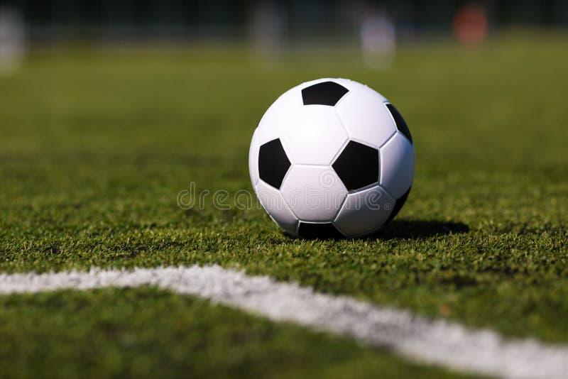Зеленый тангаж с футбольным мячом стоковое фото