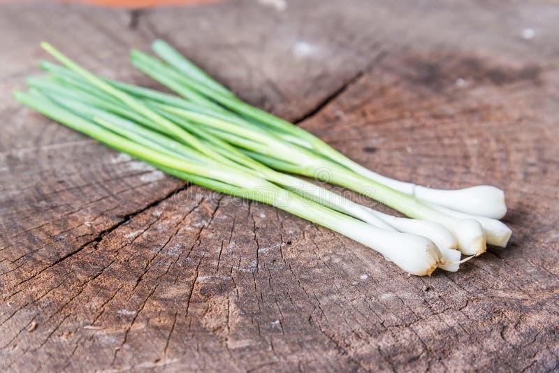 Зеленый лук на деревянной предпосылке стоковые изображения
