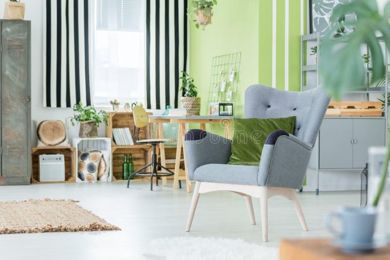 Зеленый цвет плоский с серым креслом стоковая фотография rf
