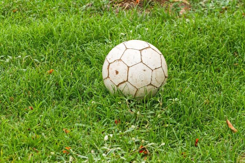 зеленый цвет травы футбола старый стоковые изображения rf