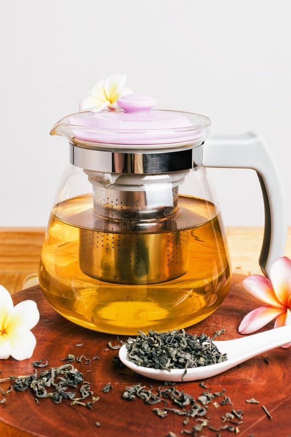 Зеленый чай в стеклянных чайнике и чашке стоковые фото