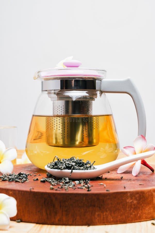 Зеленый чай в стеклянных чайнике и чашке стоковые изображения