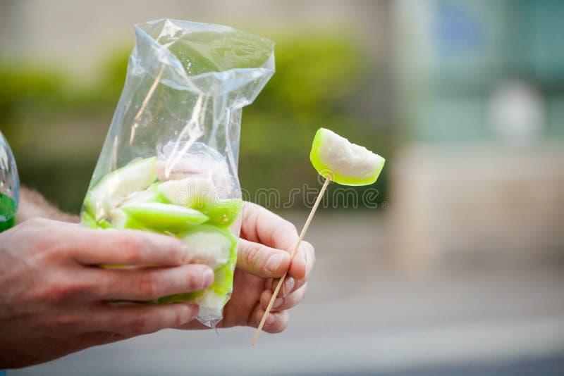 Зеленый guava в сумке стоковые изображения