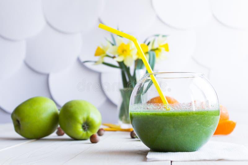 Зеленый smoothie в ясном стекле стоковое изображение