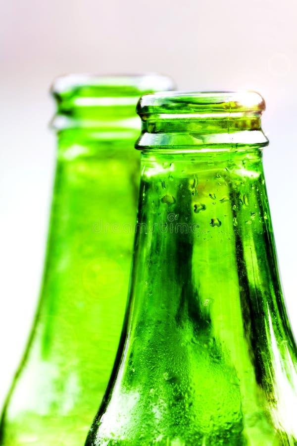 2 зеленых бутылки свежей воды стоковая фотография