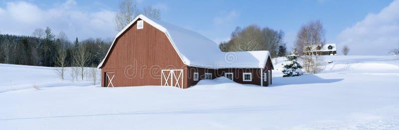 Зима в Новой Англии, красном амбаре в снеге, к югу от Danville, Вермонт стоковые фотографии rf