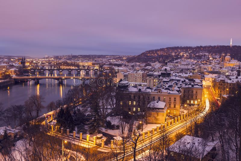 Зима в Праге - мостах на реке Влтавы стоковые фото