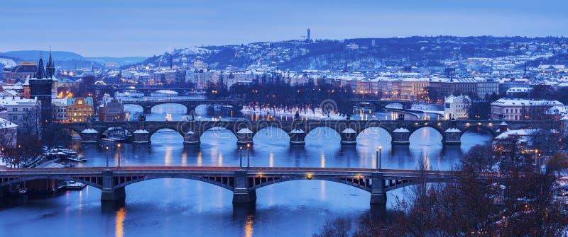 Зима в Праге - мостах на реке Влтавы стоковые фотографии rf
