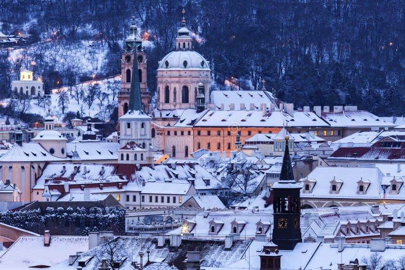Зима в Праге - панорама города с церковью St Nicholas стоковые изображения