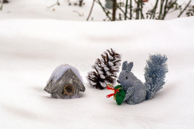 Зима в составе леса Декоративная белка с сумкой подарков, дом-рему и полости, стоковые фотографии rf
