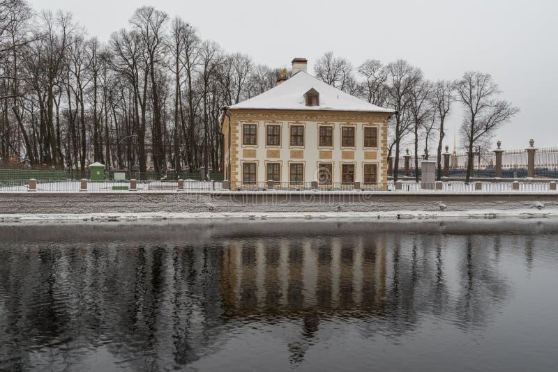 Зима в Ст Петерсбург Летний дворец Питера i Обваловка реки Fontanka стоковая фотография rf