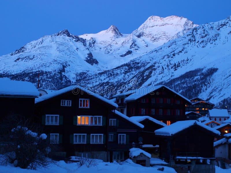 зима курорта ночи chalets стоковое фото