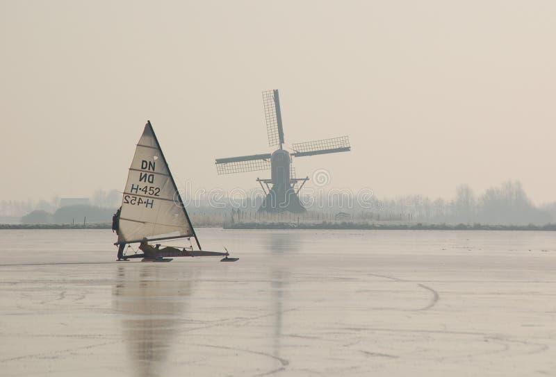 зима ландшафта Голландии каналов голландская, котор замерли стоковое изображение rf