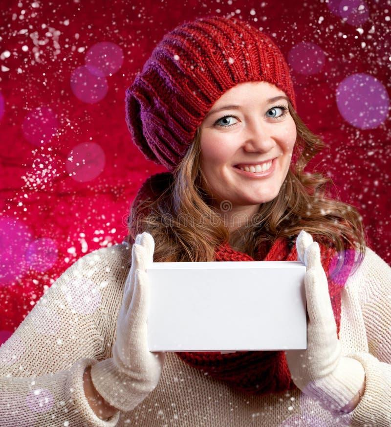 Зима, люди, концепция счастья - женщина в шарфе и wi перчаток стоковое фото