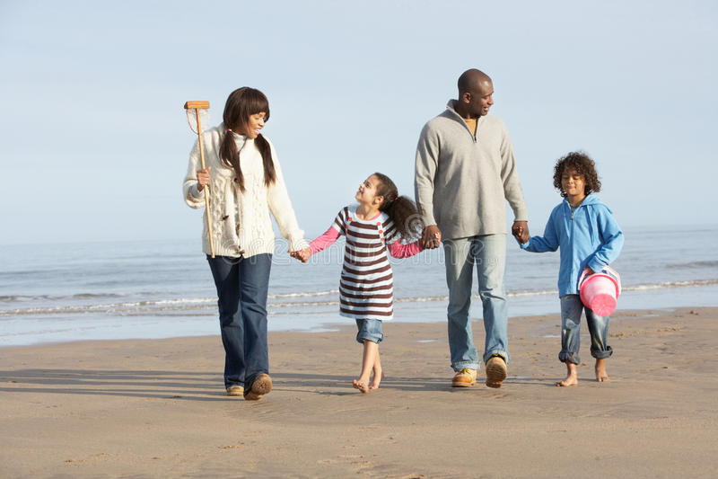 зима моря семьи пляжа гуляя стоковые фотографии rf