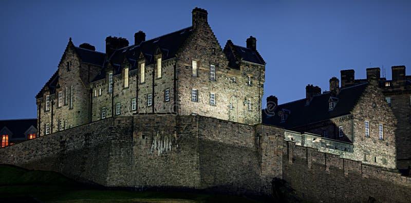 зима наступления ночи edinburgh детали замока стоковая фотография