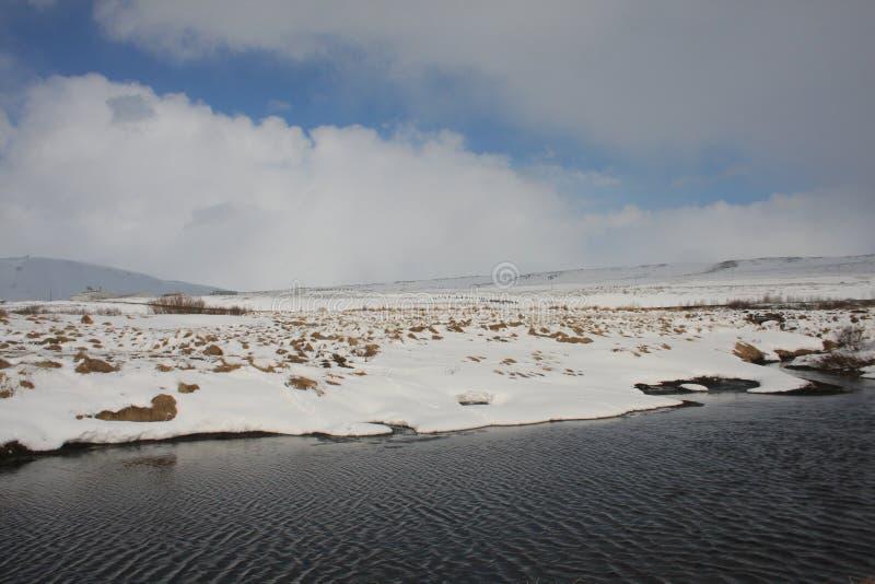 Зима на банках озер Kaldbakur. стоковые изображения