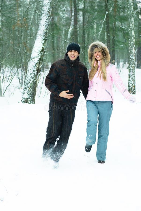зима парка пар счастливая стоковое фото