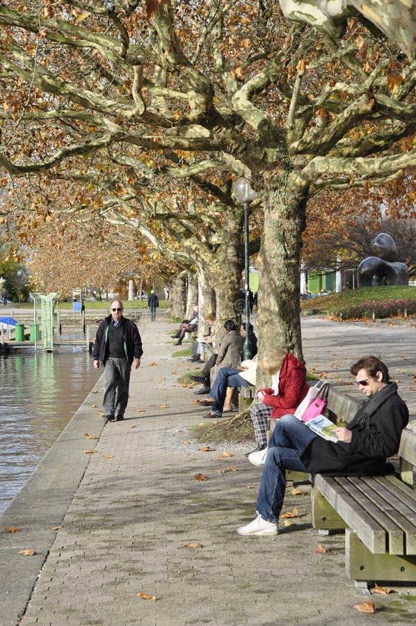 Зима приходит в город ¼ ZÃ богатый: люди сидя богачи ¼ озера ZÃ стоковые изображения rf