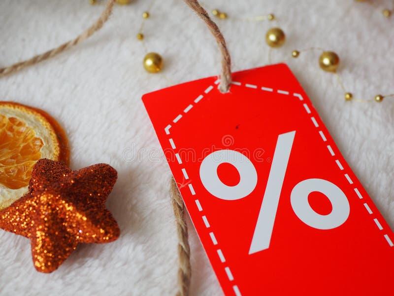 Зима продажи, звезда рождества оранжевая с ярлыком скидки на праздничной предпосылке стоковые изображения rf
