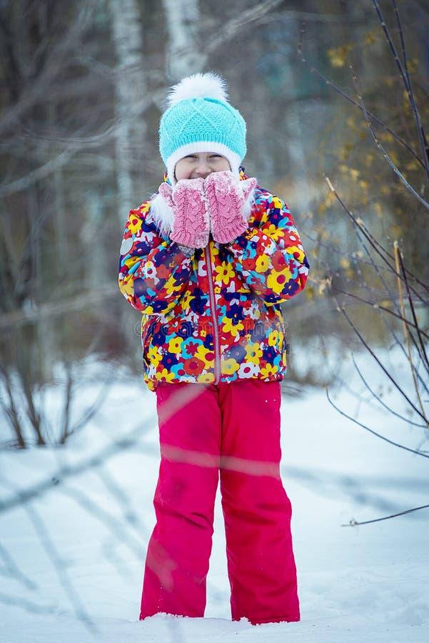 Зима ребенка в парке стоковая фотография rf