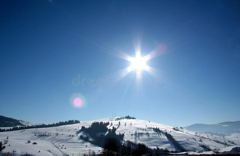 зима температуры России ландшафта 33c января ural Покрытый холмами снега и солнцем формы звезды на голубом небе стоковое фото