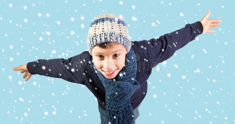 Зима - excited мальчик под падая снегом стоковые изображения rf