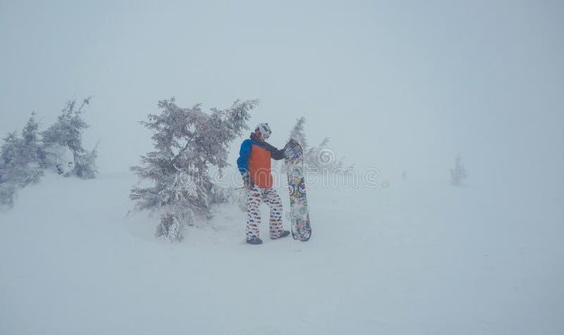 Зима freeride сноубординга, вдоль человека с доской в горах стоковое изображение rf