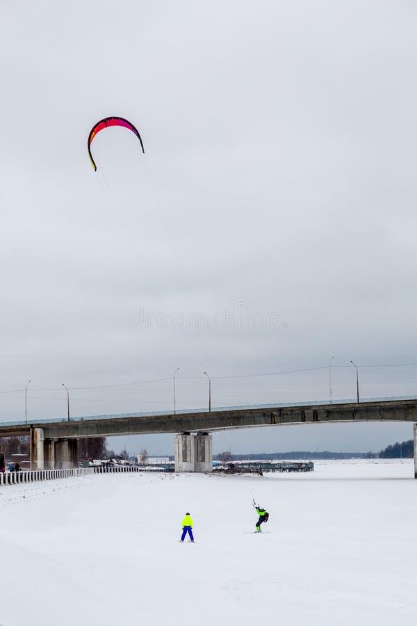 Зима Snowkiting на озере стоковые изображения